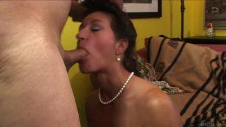 Seks sonrasında yaşlı pornocu memelere attırıyor