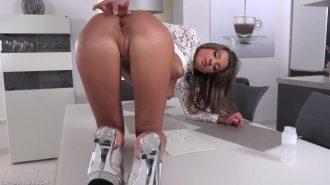 Genç porno starı hocasını azdırıyor