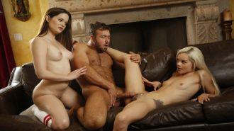 Profesyonel Erkeğin Acemi Kızlara Yaşattığı Sürükleyici Seks