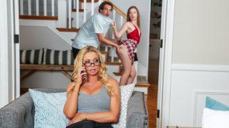 Üvey Annesinin Arkasından İş Çeviren Sıska Sürtük Yakalanıyor