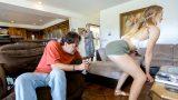 Karışı Ev İşleriyle Uğraşırken Üvey Kızıyla Fingirdeşiyor